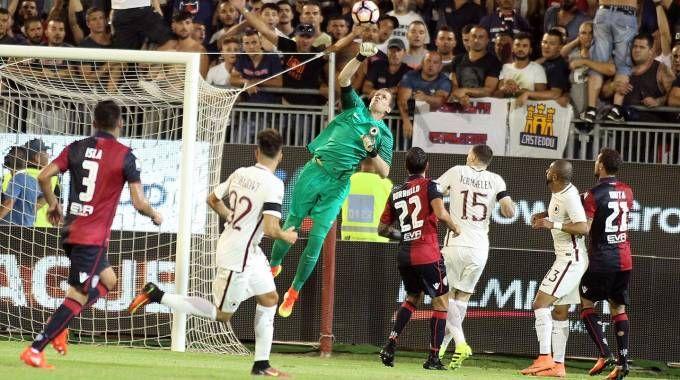 Serie A: un momento della partita Cagliari-Roma (Ansa)