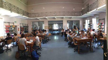 La sala studio della biblioteca civica di Varese piena di studenti