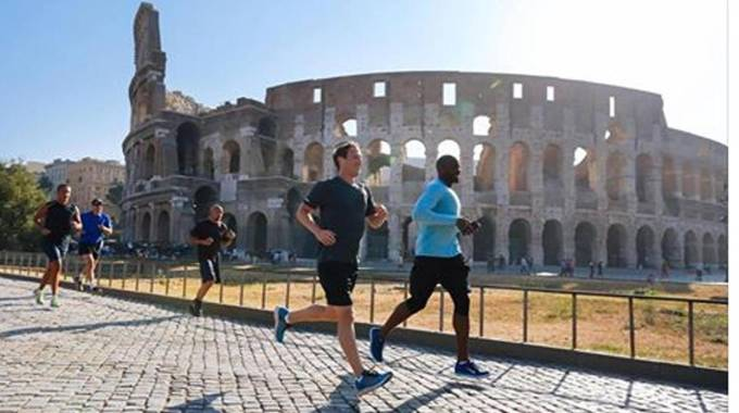 Mark Zuckerberg, corsa sotto al Colosseo (Ansa)