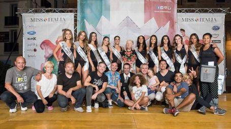 Miss Italia 2016, le portabandiera dell'Emilia Romagna con lo staff (Foto Nepitelli)