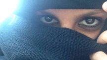 Due bellissimi occhi neri dietro il velo usato dalle donne musulmane: imposizione o scelta?
