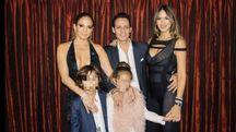 Jennifer Lopez e Marc Anthony con i figli. E Shannon de Lima sua moglie (da twitter)