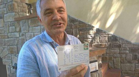 Il nipote mostra la cartolina datata 1996