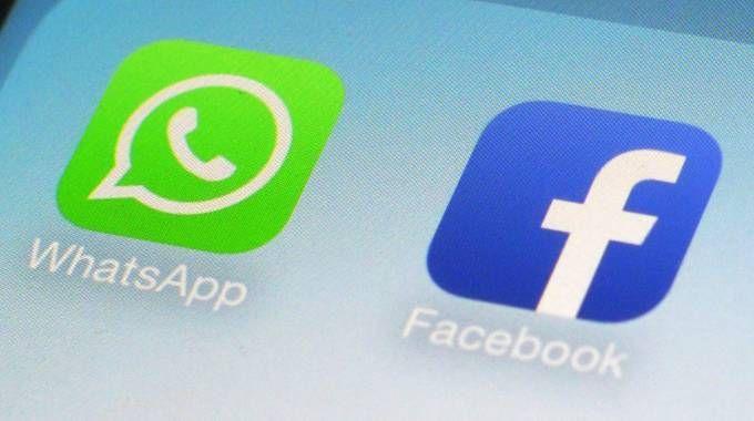 Le app di Facebook e WhatsApp su un cellulare (Lapresse)