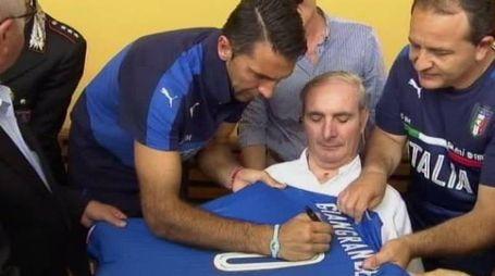 Buffon autografa la maglia donata a Giangrande (da account Twitter di TGR Rai Toscana)