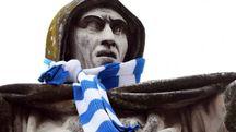 La statua del Savonarola con la sciarpa della Spal, asportata la notte scorsa da un musicista 'busker'