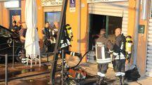 I pompieri a Ponte Alto sul luogo del rogo divampato all'interno della caffetteria