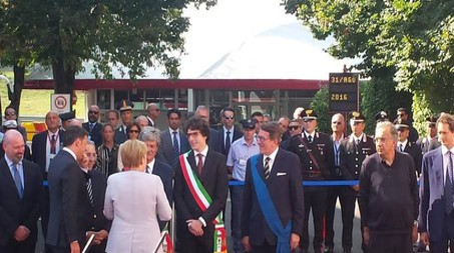 Renzi e Merkel salutano le autorità locali, l'ad di Fca Marchionne e il presidente Fca John Elkann