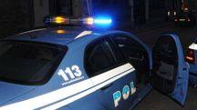 Gli agenti delle volanti hanno fermato uno dei rapinatori: anche un poliziotto è stato aggredito