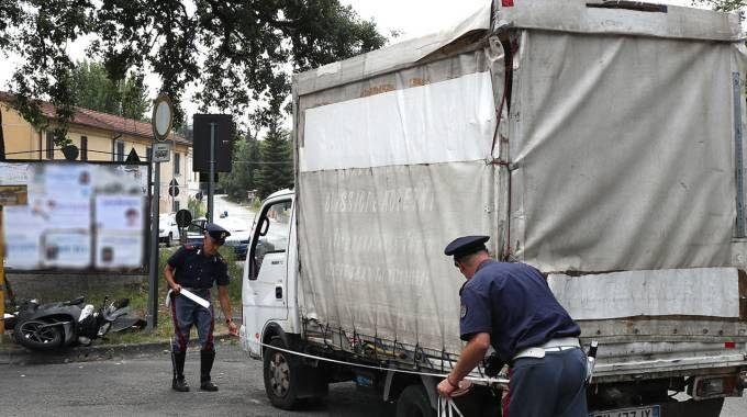 I rilievi sulla posizione del camioncino e, nello sfondo, lo scooter a terra (Fotoprint)