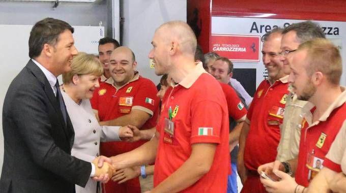 Matteo Renzi e Angela Merkel a Maranello nella fabbrica Ferrari (foto Ansa)