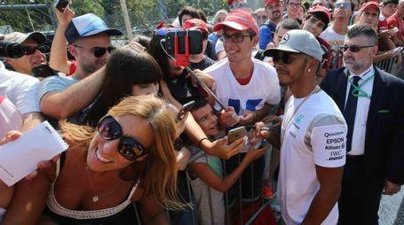 Lewis Hamilton con alcuni tifosi all ingresso del paddok