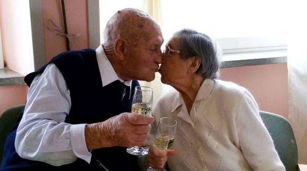 AMORE ETERNO Una foto dei due coniugi morti risalente ad aprile: celebravano i 67 anni di matrimonio
