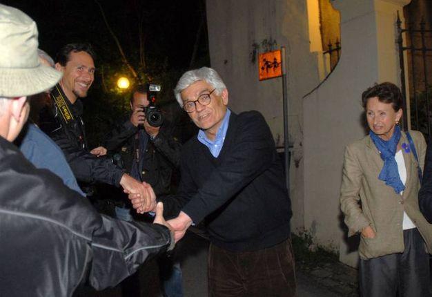 Libero rientra nella sua casa. Qui con la moglie e l'avvocato. Anno 2006 (archivio New Press Photo)