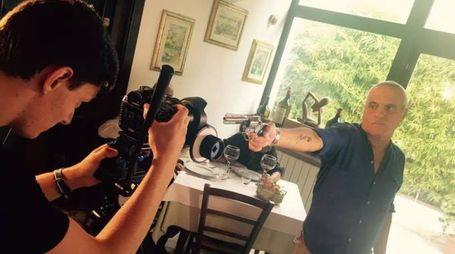 Bonuccelli con Panariello al ristorante 'Il Baccatoio' durante le scene di 'Più accecante della notte'