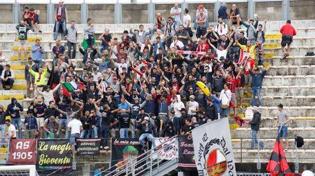 Supporters rossoneri durante la partita Livorno-Lucchese (foto LaPresse)