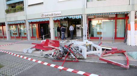 Il caos e tanti danni, bancomat divelto ma non ripulito; problemi notevoli alla struttura della banca