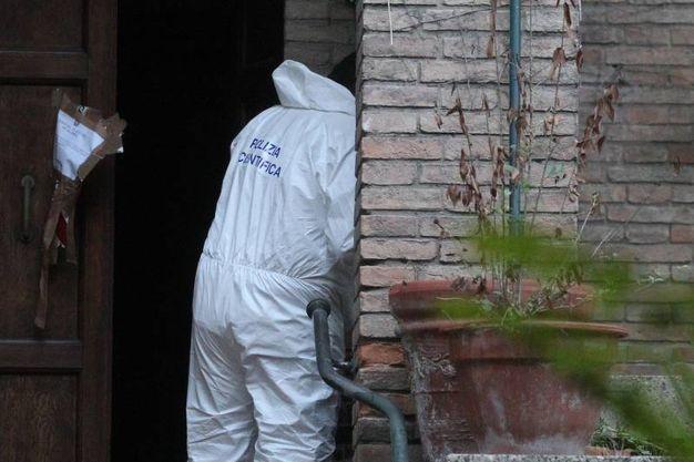 La polizia scientifica nella villa degli orrori (Foto Zani)