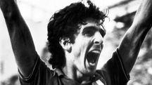 Paolo Rossi esulta dopo un gol