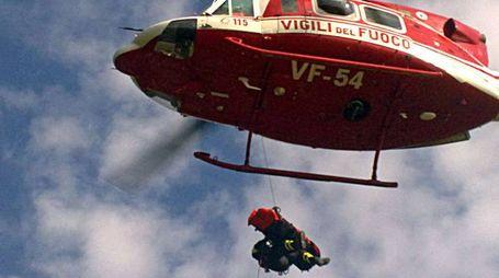 Dal 118 è partita la richiesta di intervento dell'elicottero Drago dei vigili del fuoco (foto archivio)