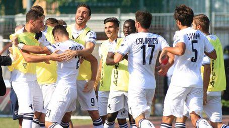 Il Brescia festeggia il gol dell'1-0 di Bonazzoli