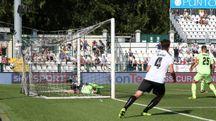 Il gol di Mustacchio che affonda il Cesena a Vercelli (Foto LaPresse)