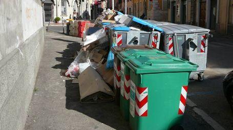 Immagini purtroppo non infrequenti  di inciviltà con rifiuti lasciati fuori dai cassonetti