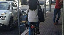 Una bicicletta in via Rossi contromano sul marciapiede (Foto FotoPrint)