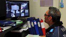 Agente della polizia municipale davanti alle telecamere già presenti a Massa
