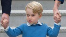 Il principe George scende dall'aereo con i genitori (Ansa)