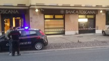 Banca Toscana, bancomat saltato. L'arrivo dei carabinieri (foto Cruciani)