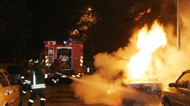 Catania, auto in fiamme: fuoco dentro casa. Salvati dalla Polizia