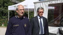 A destra, Vasco Errani durante una visita a Pescara del Tronto in una foto d'archivio LaBolognese