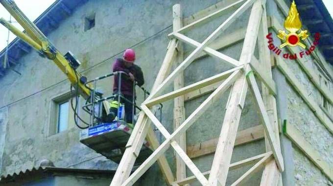 Le opere di messa in sicurezza dei vigili del fuoco sulle strutture più danneggiate dal terremoto