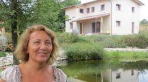 UN PARADISO  Eleonora Goio davanti a Ca' Nora, che si affaccia su un 'biolaghetto' usato come piscina