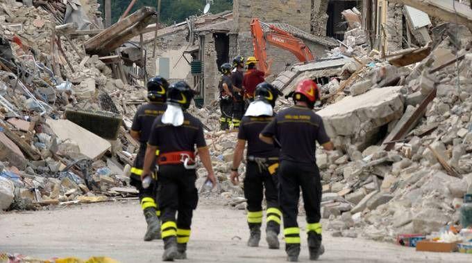 Sisma, vigili del fuoco nel centro di Amatrice (Imagoeconomica)