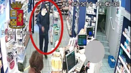 Rapina in farmacia, frame video della polizia