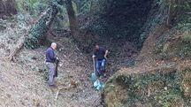 Un paio di dipendenti del Consorzio al lavoro ieri nella zona di San Carlo, sopra l'abitato diMassa