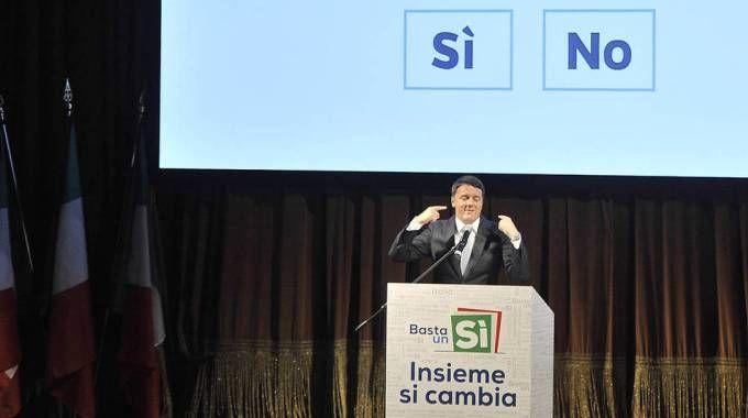 Il premier Matteo Renzi con il quesito referendario (Olycom)