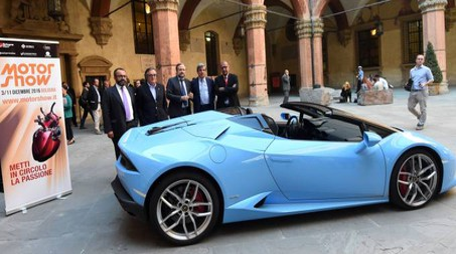 La Lamborghini azzurra nel cortile di Palazzo d'Accursio per la presentazione del Motor Show numero 40 (fotoSchicchi)