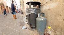 Immondizia in strada a Empoli (Foto Germogli)
