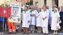 La sfilata delle associazioni di volontariato dalla chiesa di San Sebastiano alla Cattedrale. In alto, un gruppo di volontari