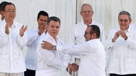 Il presidente Juan Manuel Santos e il leader delle Farc (Afp)