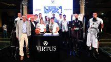 La Virtus Bologna presenta le nuove divise dentro la cornice di Sala Borsa (Schicchi)