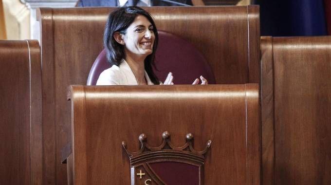 """La sindaca Raggi applaude dopo il """"no"""" dell'Assemblea capitolina alle Olimpiadi (Ansa)"""