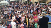 Il vescovo Santucci  con docenti, genitori  e alunni