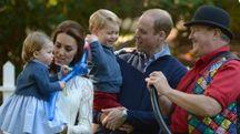 La principessina Charlotte e il principino George (Ansa)