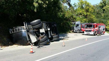 Il camion ribaltato (foto Schicchi)