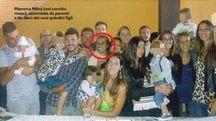 Mamma Milva, nel cerchio, con parenti e 10 dei 15 figli