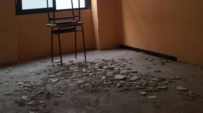 Crolla intonaco alla scuola media Manzoni di via Pomè